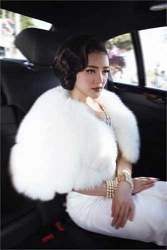 Cũng vì vậy, cô chọn một trang phục đầm dạ hội kết hợp áo lông để vừa giữ sức khoẻ, vừa tăng thêm vẻ sang trọng.