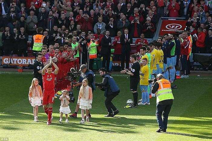 Trong trận cuối cùng tại sân Anfield dưới màu áo Liverpool, Gerrard đã được cầu thủ cả hai đội, khán giả trên sân chào đón nồng nhiệt. Đây cũng là trận đấu thứ 709 của Gerrard cho Liverpool.