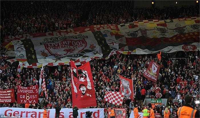 Khắp khán đài Anfield tràn ngập những băng rôn, khẩu hiệu tri ân công lao của Gerrard. Song, đáng buồn khi Liverpool lại để thua trận 1-3