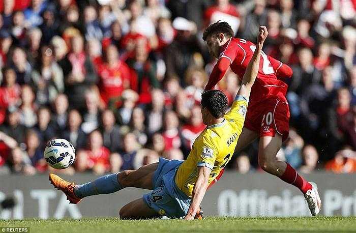 Cuối trận, ở phút 90, trọng tài lại mắc sai lầm, biếu quả phạt 11m cho Crystal Palace. Dù Lucas phạm lỗi với Zaha ở bên ngoài vòng cấm nhưng trọng tài vẫn chỉ tay vào chấm phạt 11m. Thủ môn Mignolet của Liverpool đã xuất sắc đỡ được cú sút phạt đền của Glenn Murray nhưng Murray vẫn bình tĩnh lao vào sút bồi, ghi bàn ấn định tỉ số 3-1