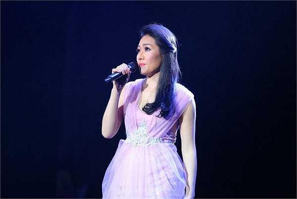 Ca khúc Màu tím tình yêu lần đầu tiên được trình diễn trên sân khấu do ca sĩ Minh Thu trình bày đã khiến khán giả say mê, đắm chìm trong giai điệu tang go êm ái, ngọt ngào và đầy mê đắm.