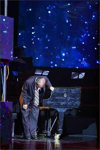 Câu chuyện ấy, nhạc sĩ Nguyễn Ánh 9 kể bị đứt quãng nhiều lần vì những nghẹn ngào của ông, khiến khán phòng lặng đi.