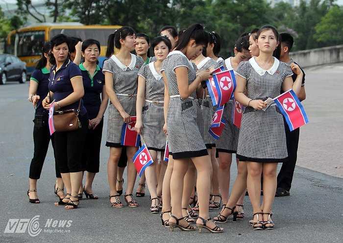 Những cô gái Triều Tiên xinh đẹp, xếp hàng chờ vào sân.
