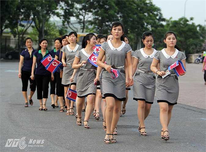 Sự có mặt của những cô gái Triều Tiên này khiến nhiều người ngang qua phải chú ý.