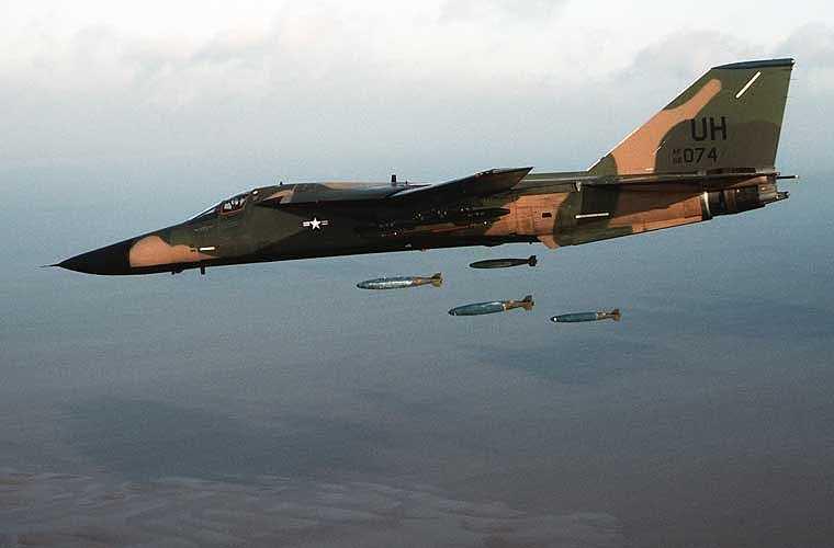 Ngoài ra, F-111 có khả năng mang được khối lượng vũ khí rất lớn, lên tới 14,3 tấn bom, tên lửa các loại. Máy bay được trang bị hại động cơ phản lực quạt nén TF30-P-100 cho tốc độ cực cao 2.655km/h, tầm bay tối đa lên tới hơn 5.000km.