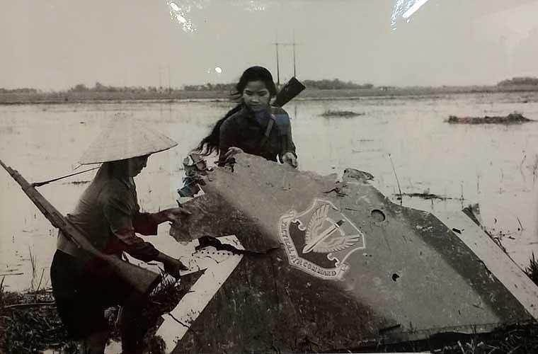 """Với những ưu điểm như vậy, người Mỹ tự tin rằng, bộ đội phòng không miền Bắc Việt Nam không có khả năng bắn hạ được máy bay F-111. Tuy nhiên, có lẽ ngay cả cha đẻ của F-111 cũng không thể ngờ rằng vũ khí đặc biệt tối tân, cực kỳ đắt tiền của họ lại bị những thứ vũ khí mà họ xếp vào """"cổ lỗ sĩ"""" hạ gục. Ảnh: mảnh xác chiếc máy bay F-111 bị quân dân Tiến Châu - Yên Lãng - Vĩnh Phúc bắn hạ ngày 17/10/1972."""
