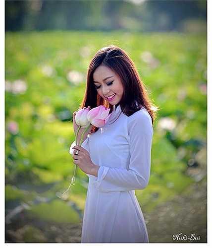 Vẻ đẹp của người thiếu nữ tuổi đôi mươi nổi bật giữa khung cảnh thiên nhiên thơ mộng