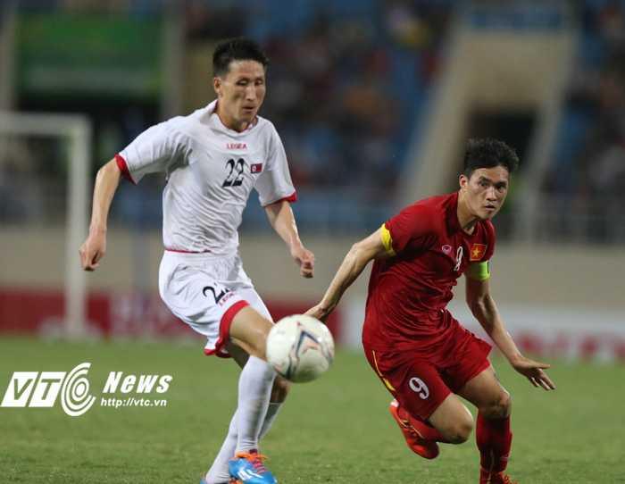 Công Vinh tranh bóng với cầu thủ Triều Tiên