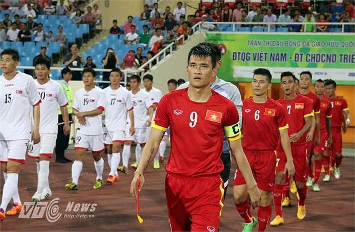 Công Vinh trong vai trò đội trưởng đội tuyển Việt Nam cùng đồng đội bước ra sân đấu với CHDCND Triều Tiên. (Ảnh: Quang Minh)