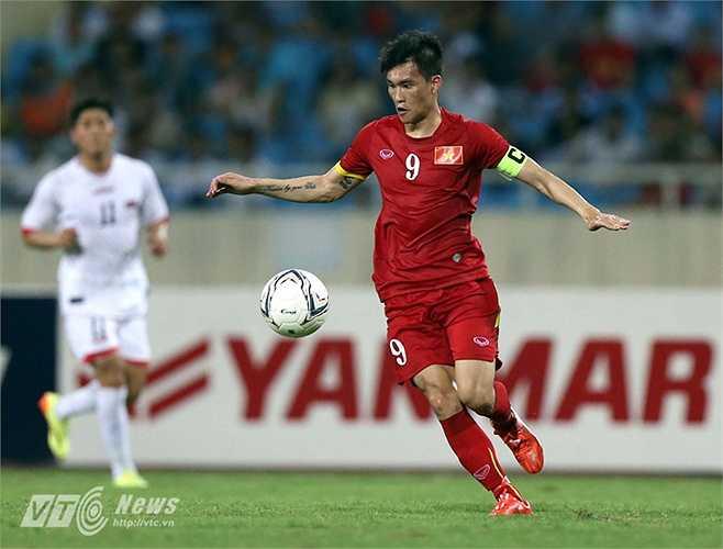 Công Vinh là người châm ngòi cho bàn thắng mở tỷ số của đội tuyển Việt Nam khi bật tường cho Văn Quyết thoát xuống. (Ảnh: Quang Minh)