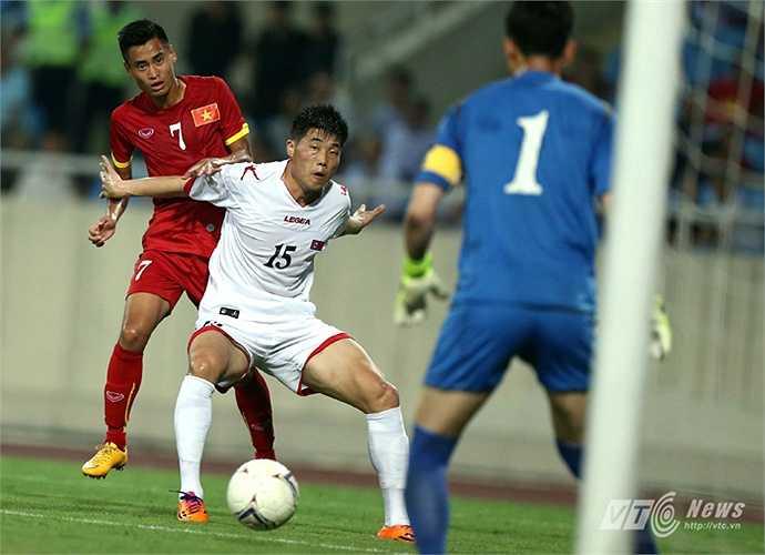 Pha che bóng của hậu vệ Ri Yong Chol trước Vũ Minh Tuấn. (Ảnh: Quang Minh)