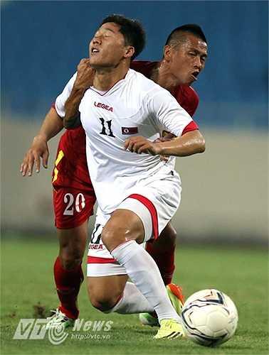 Tiền vệ trung tâm của đội tuyển Việt Nam chơi trọn 90 phút mà vẫn giữ được thể lực, trong khi cầu thủ Triều Tiên ở cùng vị trí nằm sân vì chuột rút. (Ảnh: Quang Minh)