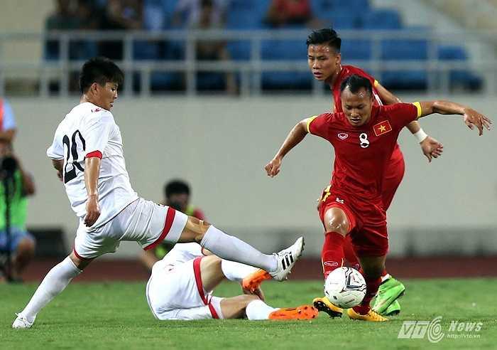 Trọng Hoàng vượt qua sự truy cản của cầu thủ Triều Tiên. (Ảnh: Quang Minh)