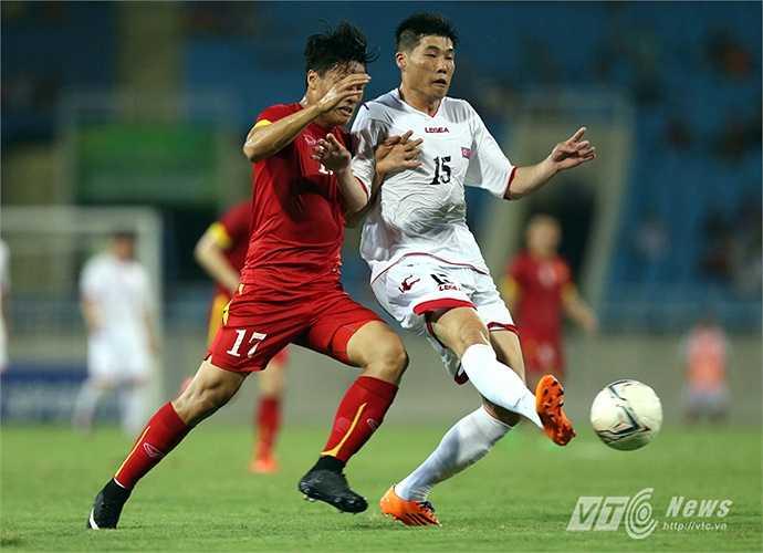 Các cầu thủ Việt Nam không hề lép vế khi bứt tốc, tì đè. (Ảnh: Quang Minh)