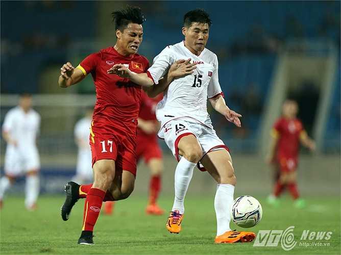 Trong ảnh Mạc Hồng Quân nỗ lực vượt qua cầu thủ đầy kinh nghiệm của đội bạn là Ri Yong Chol. (Ảnh: Quang Minh)