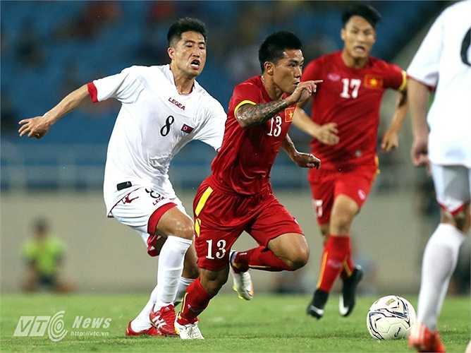 Quang Hải dù có thể hình thua kém nhưng cũng nhiều phen đánh bại đối phương để đoạt bóng, thậm chí có những tình huống đi bóng vượt qua 2, 3 cầu thủ Triều Tiên. (Ảnh: Quang Minh)