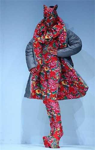 Vừa qua, một show diễn thời trang ở Trung Quốc gây chú ý khi các trang phục được thiết kết theo cảm hứng từ vải chăn con công. Phong cách này nhanh chóng trở thành mốt tại nhiều quốc gia châu Á, trong đó có Việt Nam