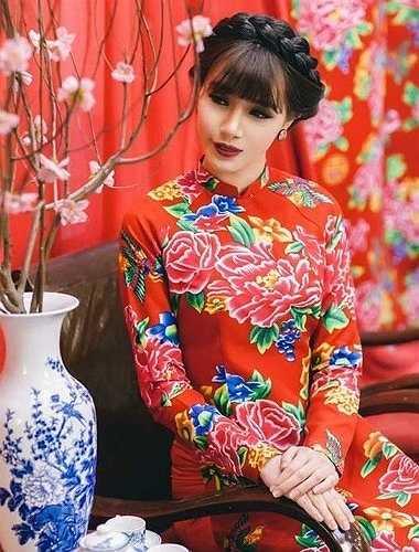 Hà Min - Á khôi Miss Ngôi Sao 2012 trông khá nổi bật trong trang phục áo dài truyền thống được may từ vải chăn con công