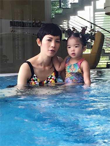 Mẹ con Xuân Lan nô đùa trong bể bơi.