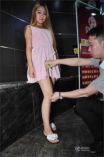 Chương trình đã thu hút rất đông chị em đặc biệt các bạn trẻ tham gia và thử sức. Khi đến quán, sẽ có nhân viên nam cầm thước đo chiều dài của váy để cung cấp khuyến mại