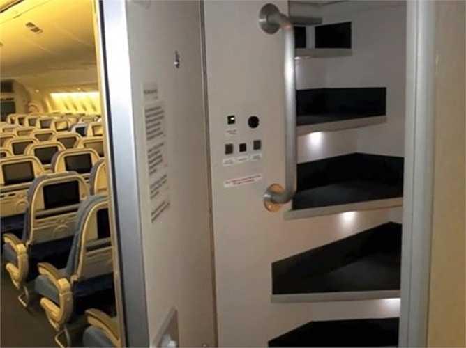 Cầu thang bí mật thiết kế sau cách cửa, đưa các tiếp viên lên khu vực nghỉ ngơi riêng.