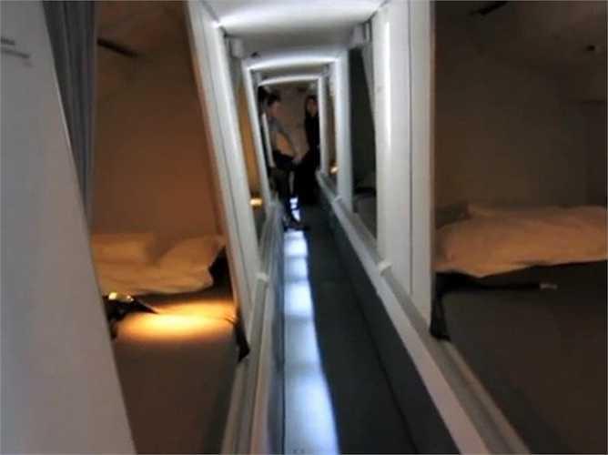 Lối đi nhỏ giữa các phòng ngủ của phi hành đoàn.