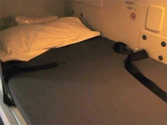Phòng ngủ không có cửa sổ và các tiếp viên vẫn phải thắt đai khi nghỉ ngơi để đảm bảo an toàn.