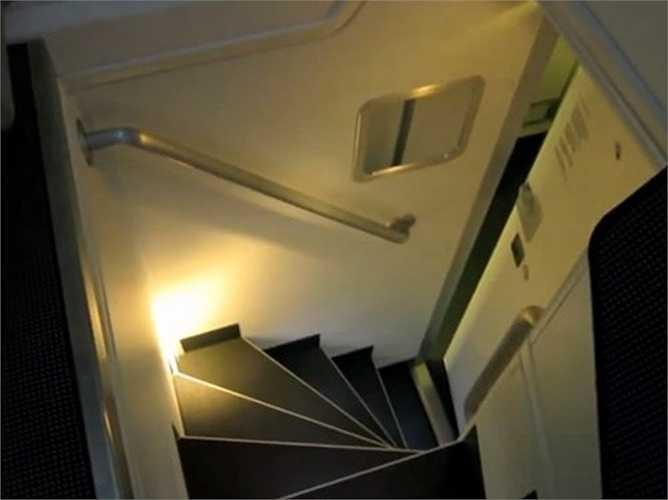 Cầu thang nhỏ hẹp lên xuống trong các khoang phòng.