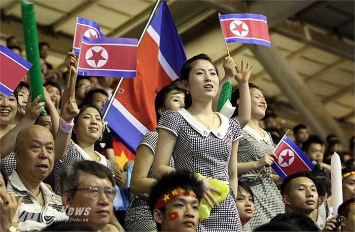 Và trên ngực trái của mỗi CĐV Triều Tiên cũng đeo những huy hiệu về các nhà lãnh đạo cấp cao của quốc gia này.