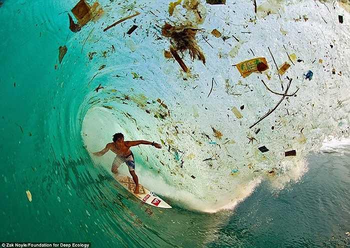 Tại đảo Java của Indonesia - đảo đông dân nhất thế giới, người ta lướt sóng nhưng thực chất lại đang lướt... rác do toàn bộ mặt vịnh đã bị bao phủ bởi rác thải.