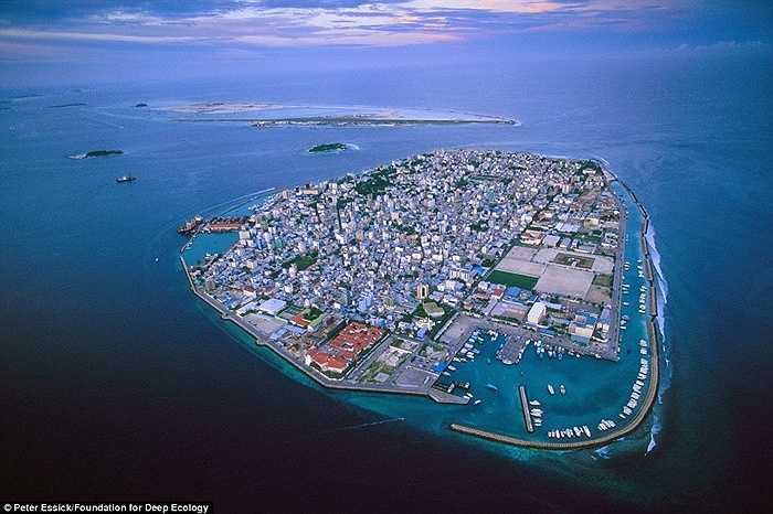 Một trong những quốc gia dễ bị tổn thương nhất do biến đổi khí hậu trái đất chính là Maldive, một quần đảo đang bị đe dọa nghiêm trọng sẽ sớm 'chết chìm' do nước biển dâng.