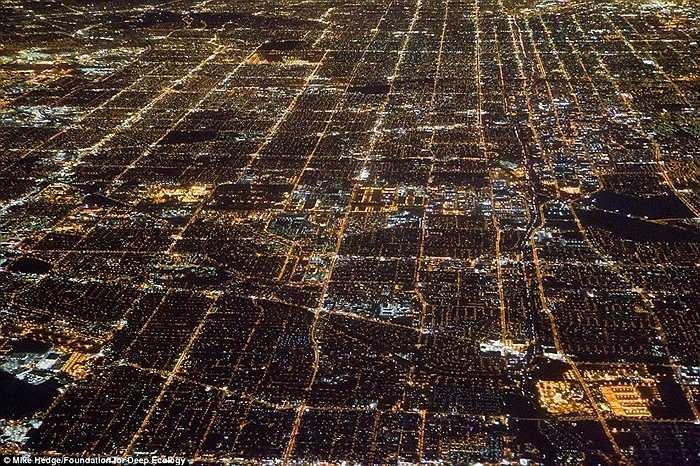 Hình ảnh Los Angeles, California với 15 triệu dân sử dụng đèn điện vào mỗi đêm.