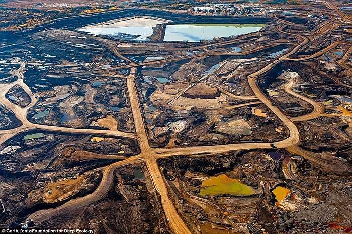 Nhìn từ trên cao một vùng cát hắc ín, nơi diễn ra những hoạt động khai thác khoáng sản và đổ chất thải thành ao lớn tại Alberta, Canada.