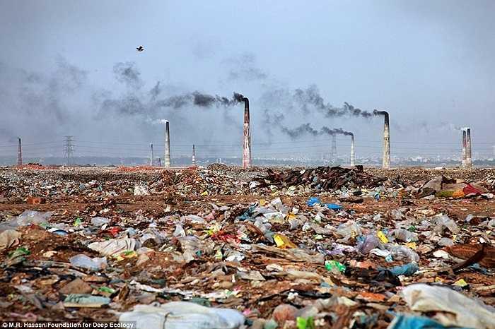 Các lò đốt rác tạo ra cảnh quan đầy kinh hoàng tại bãi rác thải lớn nhất ở Bangladesh.