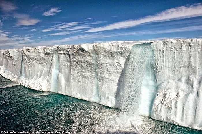 Băng đá tại Bắc Cực và Nam Cực tan chảy nhanh và mạnh đến nỗi tạo ra cả những thác nước lớn chảy xuống từ đỉnh băng và 'đổ' thêm một lượng nước khổng lồ vào đại dương.