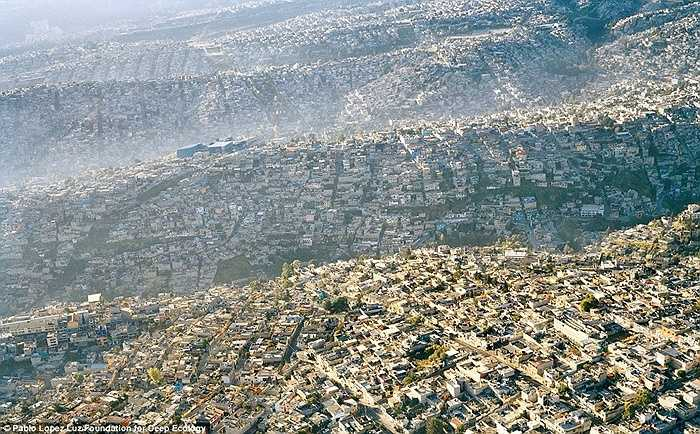 Thành phố Mexico tại Mexico với dân số 20 triệu người, mật độ 63.700 / km2 đã không còn chỗ cho môi trường sống tự nhiên tồn tại.