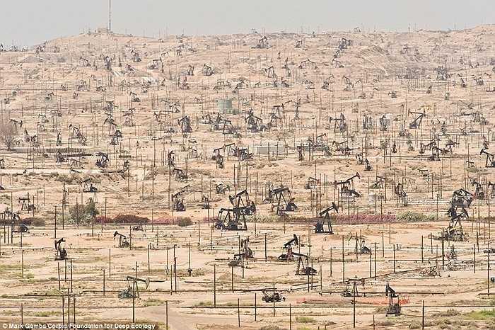 Người ta khai thác dầu đến cạn kiệt cả tài nguyên tại khu vực Sông Kern, California, Hoa Kỳ.