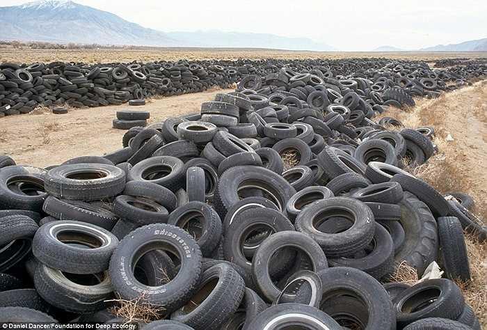 Người ta không còn đường để đi khi hết 'sa mạc' lốp xe này là lại đến một 'sa mạc' chất thải khác tại Nevada, Mỹ.
