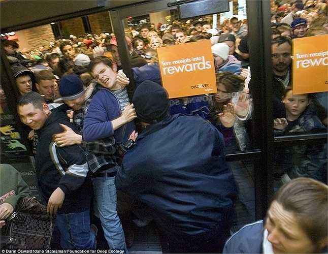 Hình ảnh người ta chen lấn và xô đẩy nhau trước cửa trung tâm Boise Towne Square, Mỹ ngay khi chương trình giảm giá quần áo ở đây chính thức bắt đầu.