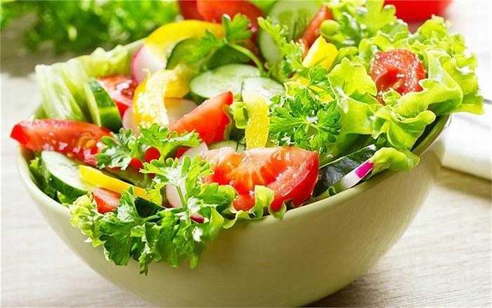 Rau xanh chứa nhiều chất xơ, vitamin, khoáng chất… làm tăng số lượng glucosinolate trong hệ thống tiêu hóa, thúc đẩy gan sản xuất enzyme để loại bỏ các chất độc ra khỏi cơ thể. Ăn nhiều rau xanh sẽ làm giảm đáng kể các nguy cơ dẫn đến xơ gan, ung thư gan…