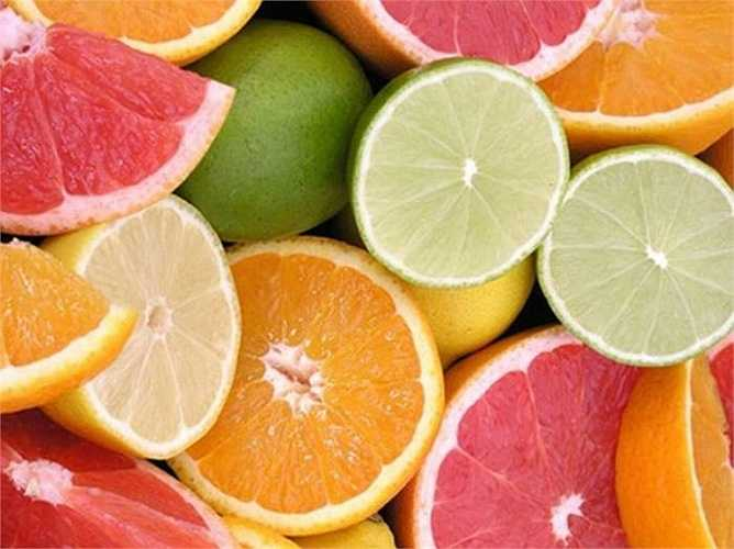 Bưởi, chanh chứa nhiều vitamin C tốt cho da, chống oxy hóa và giúp kích thích gan hoạt động hiệu quả. Nước chanh và bưởi ép có tác dụng trung hòa kiềm trong cơ thể tức khả năng giúp cơ thể hồi phục lại độ cân bằng pH có lợi cho hệ miễn dịch.