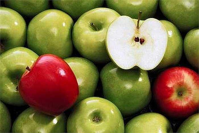 Nhiều nghiên cứu cho thấy táo là loại quả hữu hiệu trong việc giải độc tố cho gan, loại bỏ các độc tố và thanh lọc cơ thể. Trong táo chứa rất nhiều chất xơ giúp cơ thể làm sạch và giải phóng các độc tố từ đường tiêu hóa làm triệt tiêu đáng kể các chất độc hại trong gan.