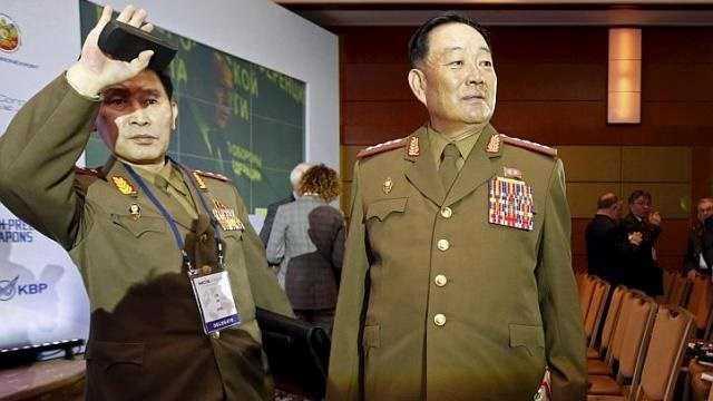 Bộ trưởng Quốc phòng Triều Tiên Hyon Yong-Chol (phải)