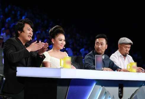 Bốn giám khảo thích thú với phần thi của các thí sinh.