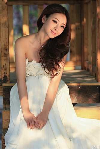 Liễu Nham hiện là người đẹp đa tài của làng giải trí Hoa ngữ từ MC tới diễn viên, ca sĩ…