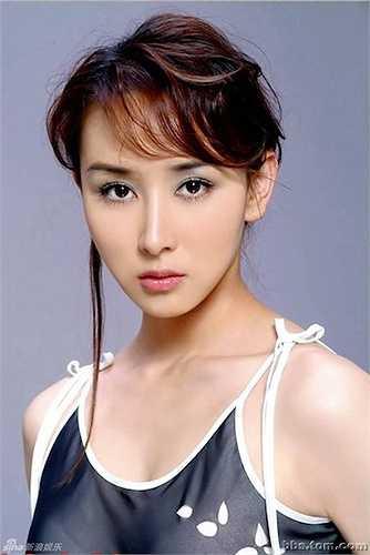 'Mỹ nhân cổ trang' Hồ Tịnh khiến người xem ngưỡng mộ với vẻ đẹp tự nhiên, gương mặt trái xoan tuyệt mỹ.