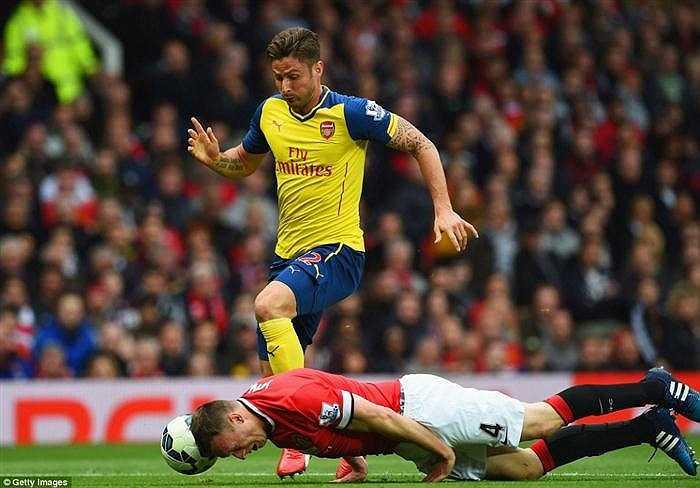 Khi trận đấu thuộc vòng 37 Premier League bước sáng phút 22, Phil Jones bị trượt ngã khi đang đuổi theo bóng trước vòng cấm địa đội nhà.