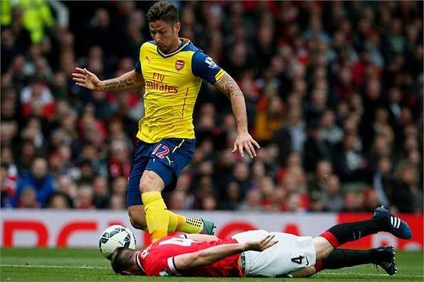 Với nỗ lực phi thường, hậu vệ của Man Utd vẫn kịp nhoài người dùng đầu húc bóng ngay trước mũi giày của Olivier Giroud.