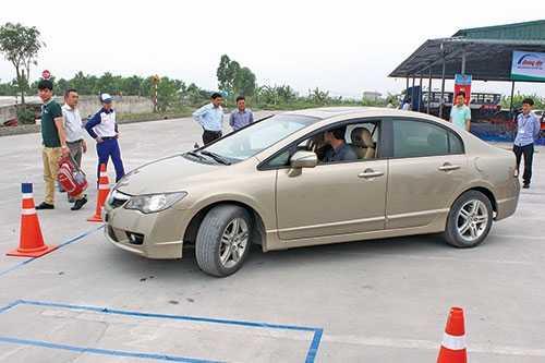 Bằng lái xe số sàn có được phép lái xe số tự động hay không?