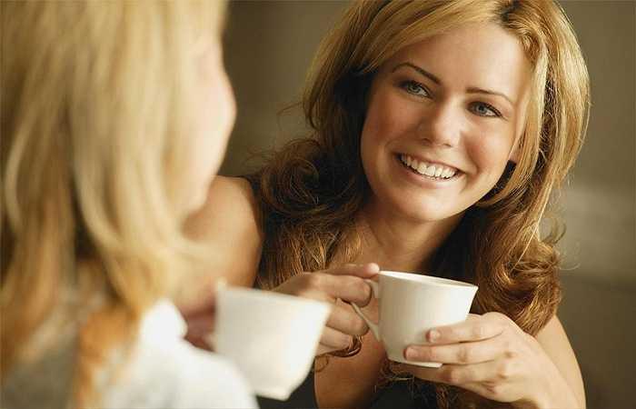 Uống cà phê với bạn bè: Nhấm nháp cà phê một mình chỉ khiến tâm trạng bạn thêm bức bách mà thôi vì thế hãy rủ ai đó đi cùng bạn, vừa có người tâm sự mà lại giảm căng thẳng tốt hơn.